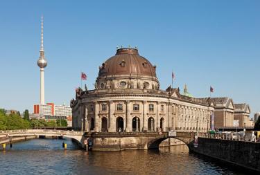 Kolonadenhof der Museumsinsel mit dem Berliner Dom im Hintergrund